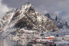 Деревня Reine с много снег в сезоне зимы, архипелаг Lofoten, Норвегия, Скандинавия стоковая фотография rf