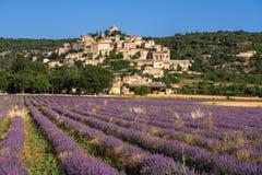 Деревня Simiane-Ла-ротонды в лете с лавандой fields Alpes-de-Hautes-Провансаль, Франция стоковые фотографии rf