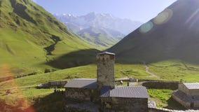 Деревня Svaneti старая в Georgia Средневековая башня построенная для защитительных целей сток-видео