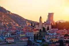 Деревня Turbie Ла и трофей взгляда захода солнца исторической достопримечательности Альп стоковое изображение