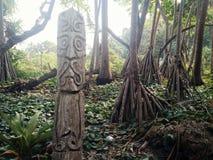 Деревня Walarano, остров Malekula/Вануату - 9-ОЕ ИЮЛЯ 2016: высекаенная деревянная статуя тотема как предупреждение подписать как стоковые фотографии rf