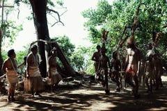 Деревня Walarano, остров Malekula/Вануату - 9-ОЕ ИЮЛЯ 2016: местные племенные танцы человека и женщины во время торжества деревни стоковое изображение
