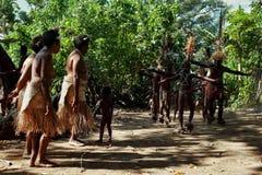 Деревня Walarano, остров Malekula/Вануату - 9-ОЕ ИЮЛЯ 2016: местные племенные танцы человека и женщины во время торжества деревни стоковые изображения