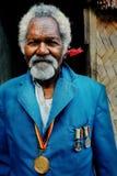 Деревня Walarano, остров Malekula/Вануату - 9-ОЕ ИЮЛЯ 2016: человек бойца независимости местный старший во время торжества свобод стоковая фотография rf