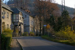 Деревня Walim, дорога и здания Стоковая Фотография