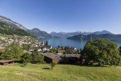 Деревня Weggis идиллично расположена на озеро Люцерн в Швейцарии стоковые фотографии rf