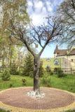 Деревня Yantarny Искусственное дерево с значком Sai Стоковые Фотографии RF