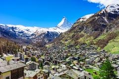 Деревня Zermatt и пик Маттерхорна в предпосылке Стоковое Фото