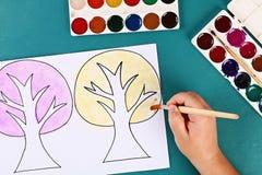 Дерево бумаги Diy 4 сезона лето, осень, зима, весна Сезон дерева 4 Творческие способности детей стоковое фото rf