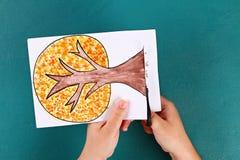 Дерево бумаги Diy 4 сезона лето, осень, зима, весна Сезон дерева 4 Творческие способности детей стоковые фотографии rf