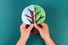 Дерево бумаги Diy 4 сезона лето, осень, зима, весна Сезон дерева 4 Творческие способности детей стоковые фото