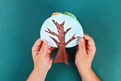 Дерево бумаги Diy 4 сезона лето, осень, зима, весна Сезон дерева 4 Творческие способности детей стоковая фотография rf