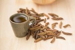Дерево винта восточного индейца и чай, тайская трава для здоровья на деревянном b Стоковое Изображение