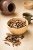 Дерево винта восточного индейца и чай, тайская трава для здоровья на деревянном b Стоковые Фотографии RF