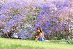 Дерево девушки и Jacaranda Стоковые Изображения