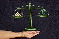 Дерево и золотые монетки на масштабе баланса Стоковые Фото