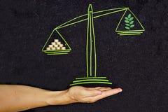 Дерево и золотые монетки на масштабе баланса Стоковая Фотография RF
