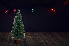 Дерево Нового Года на темной предпосылке стоковое изображение rf
