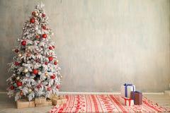Дерево Нового Года праздников белой комнаты подарков веселого рождества внутреннее стоковые изображения rf