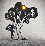 Дерево доллара человека взбираясь Стоковая Фотография