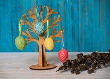 Дерево пасхи с покрашенными яичками традиция Стоковое Фото