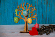 Дерево пасхи с покрашенными яичками традиция Стоковое Изображение