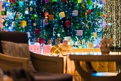 Дерево подарков и красивый свет стоковые фотографии rf