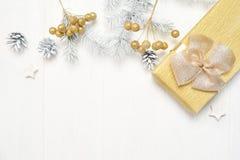 Дерево рождества модель-макета белое, бежевый смычок, подарочная коробка и конус Плоское положение на белой деревянной предпосылк стоковая фотография rf