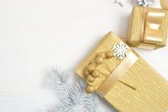 Дерево рождества модель-макета белое, бежевый смычок, подарочная коробка и конус Плоское положение на белой деревянной предпосылк стоковое изображение rf