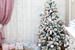 Дерево рождества покрытое снег в праздничном интерьере Стоковое Изображение