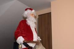 Дерево Санта Клауса и Christmass во время Xmas с счастливой девушкой Стоковое Изображение RF