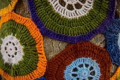 Дерево с пряжей шторма покрашенные тканью handwoven шерсти текстуры стена улицы надписи на стенах искусства цветастая покрытая Стоковые Фото