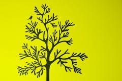 Дерево с птицей на зеленой предпосылке Стоковое Изображение RF