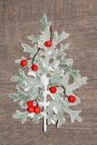 Дерево Hristmas от серой и зеленой травы при орнаменты сделанные естественных красных ягод рябины на годе сбора винограда деревян Стоковое Изображение