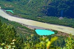 Деревья гор реки небольшого озера Британской Колумбии Канады зеленеют лето Стоковые Изображения