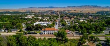 Деревья граничат депо с городом фона Boise Айдахо Стоковые Фото