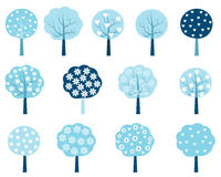 Деревья зимы установленные в голубое и белое Иллюстрация вектора