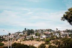 Деревья и здания в Laguna приставают к берегу, Калифорния стоковые изображения rf