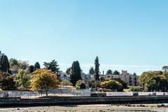 Деревья и дома на пляже Kitsilano в Ванкувере, Канаде Стоковое Изображение