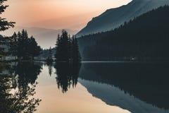 Деревья кедра с отражениями вдоль озера 2 Джек в Banff Стоковое Фото