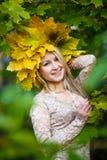 Деревья парка падения девушки Стоковые Фотографии RF