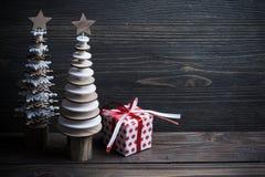 Деревья рождества деревянные на деревенской деревянной предпосылке Стоковое Фото