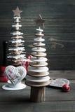 Деревья рождества деревянные на деревенской деревянной предпосылке Стоковые Изображения RF