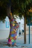 Деревья с пряжей шторма Украшенный с покрашенными шерстями стена улицы надписи на стенах искусства цветастая покрытая Стоковые Изображения RF