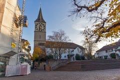 Деревья церков и осени St Peter, Цюрих, Швейцария Стоковое Фото