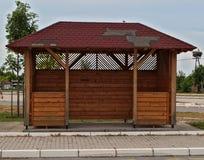 Деревянная автобусная станция на пасмурном дне Стоковые Фото