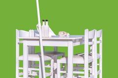 Деревянная белая таблица ресторана при стул 4 изолированный на зеленом цвете Стоковая Фотография RF