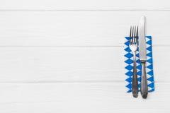 Деревянная белая предпосылка для карточки меню с столовым прибором в голубом whi Стоковое фото RF