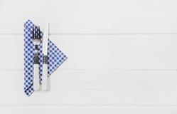 Деревянная белая предпосылка для карточки меню с столовым прибором в голубом whi Стоковое Изображение