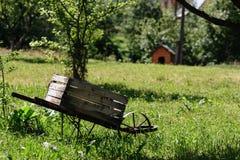 Деревянная вагонетка в саде стоковые изображения rf